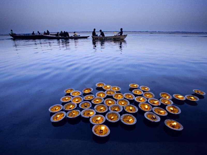 Auf einer Bootsfahrt auf dem heiligen Fluss Ganges genießen wir auf unserer Klassik-Studienreise Höhepunkte Indiens die besondere Abendstimmung in Varanasi.