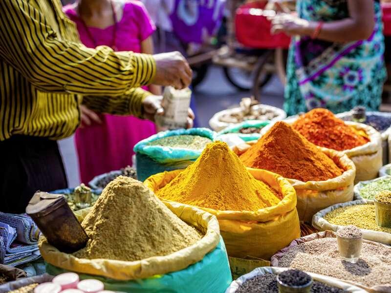 Auf unserer Klassik-Studienreise Höhepunkte Indiens schlendern wir auch über farbenfrohe Märkte, auf denen die Händler Gewürze aller Art verkaufen.