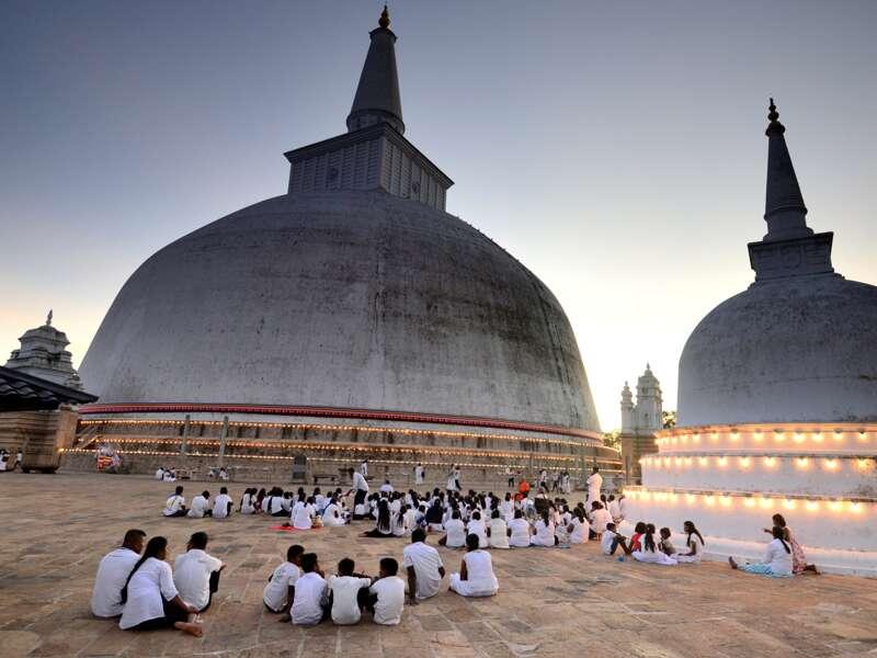 Auf unserer Studienreise Sri Lanka - Höhepunkte besuchen wir auch heilige Orte in der alten Königsstadt Anuradhapura, hier der große Stupa.