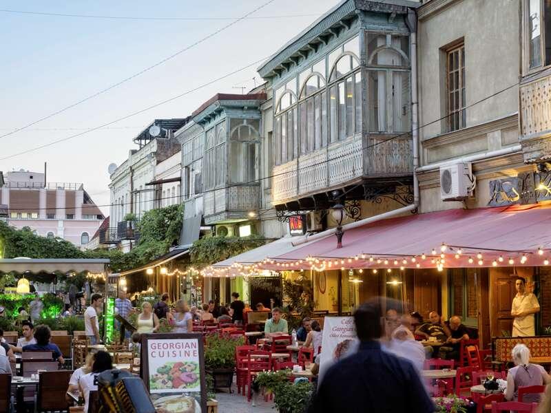 Farbenfrohe Häuser, Straßencafés und eine weltoffene Atmosphäre ¿ das ist Tiflis. Viermal übernachten wir hier auf der Studienreise Armenien-Georgien. In der Kaukasusmetropole genießen wir georgische Spezialitäten, blicken von der Festung über das Häusermeer und spazieren durch die Altstadt.