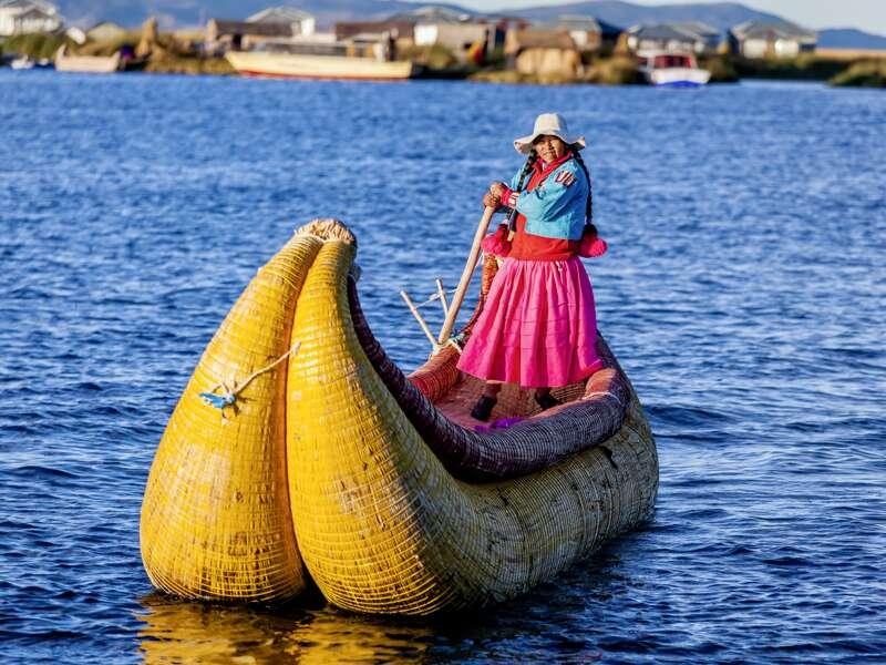 Unsere Studienreise Peru-Bolivien - Küste und Hochland bringt Ihnen auch die Kultur und die Ethnien der beiden Länder nahe. Hier ist eine Uros-Frau auf einem der typischen Boote aus  Binsen auf dem Titicacasee unterwegs.