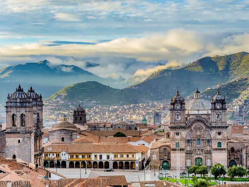 Auf unserer Studienreise Peru-Bolivien - Küste und Hochland kommen wir auch nach Cusco. Hier der Blick über die ehemalige Hauptstadt der Inkas, mit dem kolonialen Hauptplatz Plaza de Armas im Vordergrund.