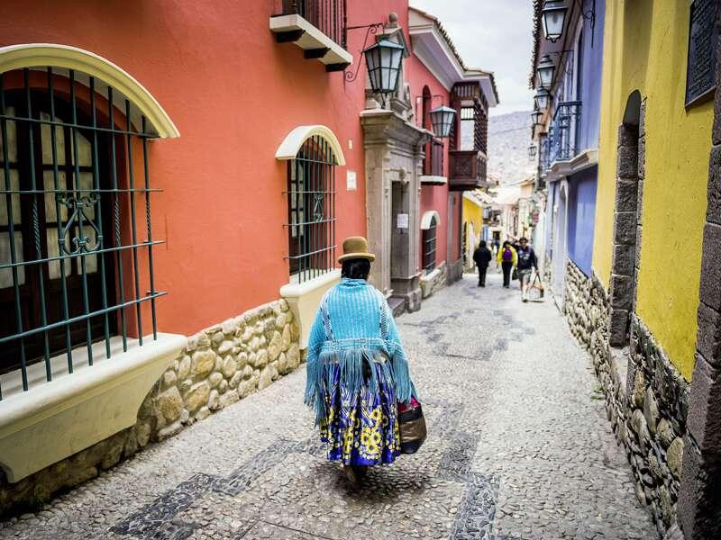 Koloniale Architektur in der Calle Jaén in La Paz; Auf unserer Studienreise Peru-Bolivien - Küste und Hochland besuchen wir natürlich auch die höchstgelegene Großstadt der Welt mit ihren vielfältigen Ethnien, hier zum Beispiel eine Aymara-Frau mit typischem Hut.