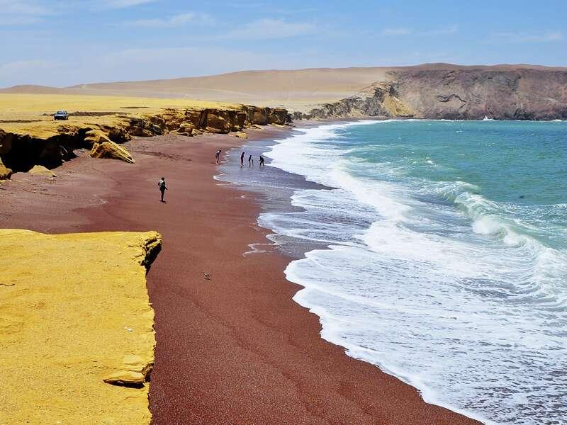 Auf unserer Studienreise durch Peru besuchen wir den Ort Paracas. Dort trifft der blaue Pazifik auf die gelb-braunen Felsen des Strandes.