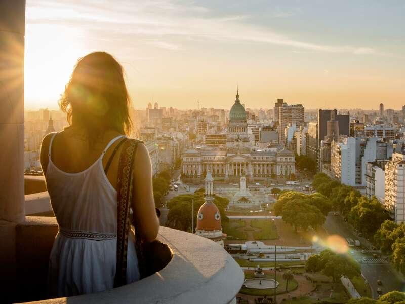 Auf unserer Studienreise durch Südamerika verbringen wir drei Tage in Argentiniens Hauptstadt und spazieren durch Buenos Aires von der Avenida der Mayo mit den prachtvollen Palästen und dem Jugenstilcafé Toroni hinein ins legendäre Opernhaus.