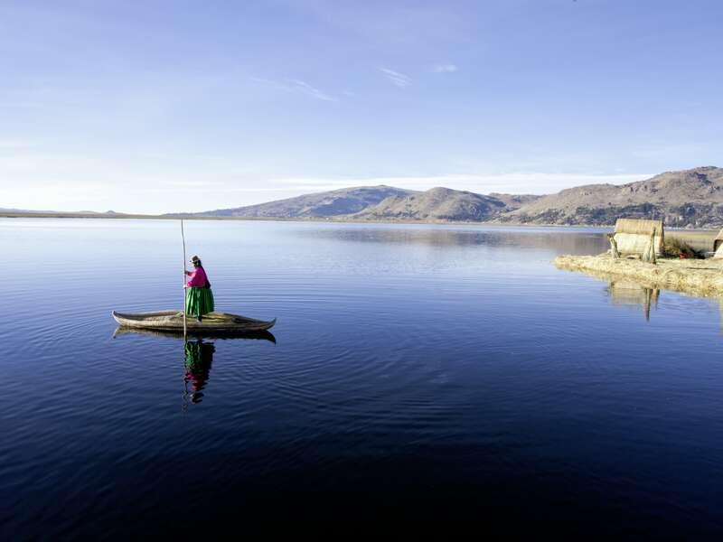 Auf unserer Studienreise durch Südamerika haben wir die Gelegenheit, dem Volk der Urus auf den schmimmenden Inseln im Titicacasee zu begegnen. Wie die Inseln, sind auch die Boote der Urus aus Binsengras.