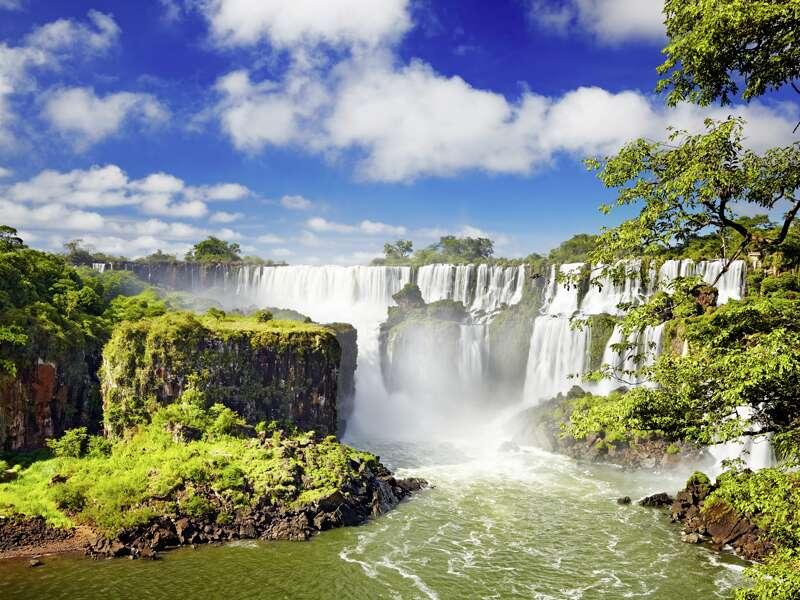 Auf unserer Studienreise durch Brasilien besuchen wir die 2,7 km langenWasserfälle von Iguazú (UNESCO-Weltkulturerbe).