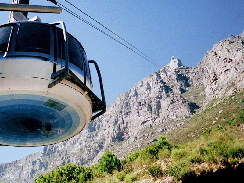 Die Destination Südafrika bietet Tag für Tag unvergessliche Eindrücke, etwa einen Ausflug mit der Seilbahn auf den Tafelberg hoch über Kapstadt.