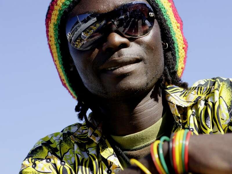 Ein junger Mann mit Rastafari-Mütze und Sonnenbrille blickt uns an. Nur eine Begegnung von vielen auf der Studiosus-Südafrikareise