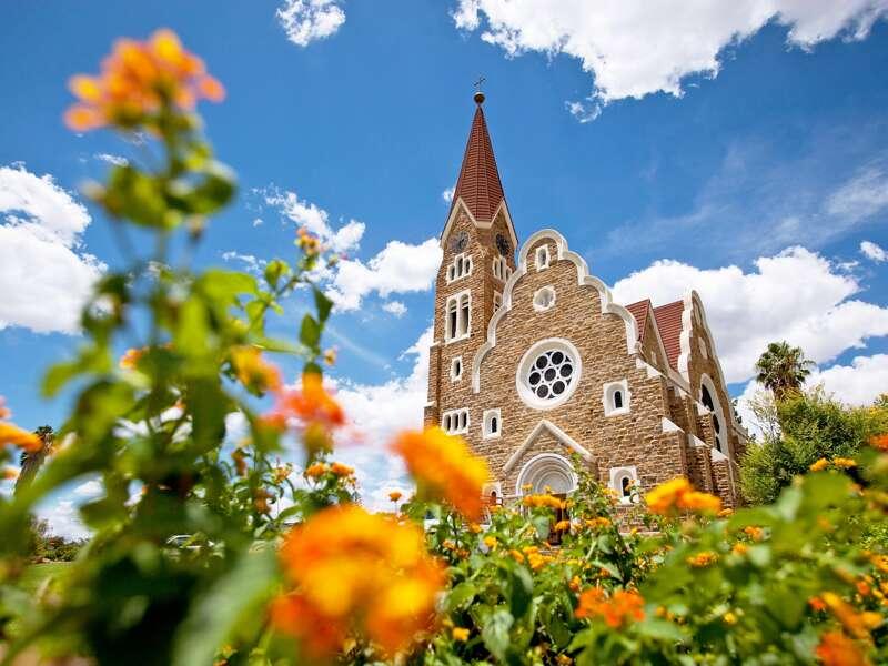 Erleben Sie bei unserer Studienreise Namibia - im Überblick die wichtigsten Sehenswürdigkeiten des Landes in zwölf Tagen, unter anderem die Christuskirche in Windhoek.