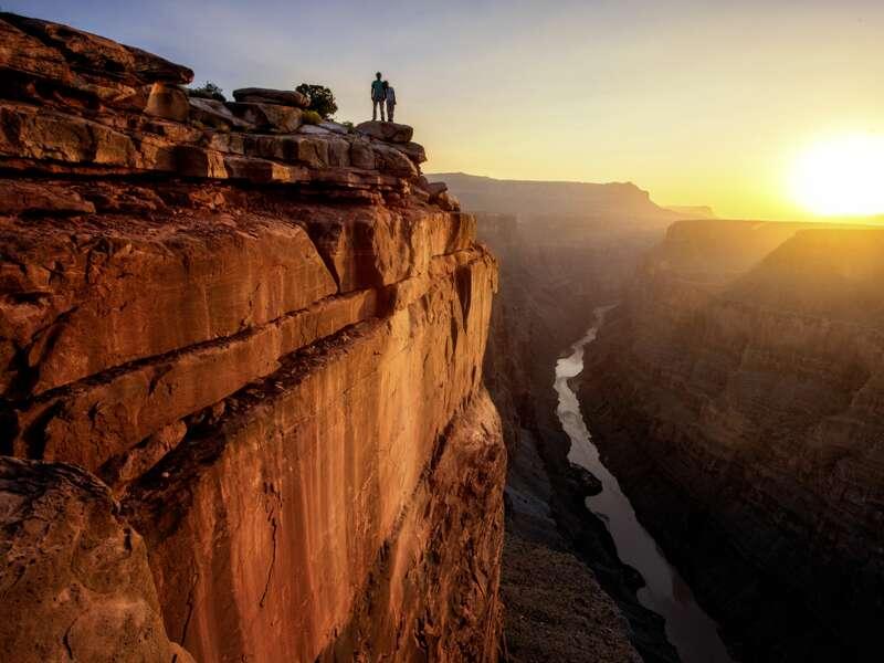 Am Grand Canyon blicken wir tief hinunter: 1800 m tiefer schlängelt sich der Colorado River wie ein grünes Band durch die Schlucht. Das gewaltige Naturdenkmal ist die Krönung vieler USA-Reisen ¿ vielleicht auch Ihrer Studienreise?