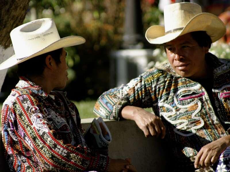 Auf unserer Studienreise durch Guatemala sind wir unterwegs im Hochland Guatemalas, wo die Bauern ihre Felder an den Hängen anlegen. Wie erfolgreich sie damit sind, beweisen sie uns in Sololá am Markttag, wo sie mit den Einheimischen in ihren Tracht handeln und feilschen.