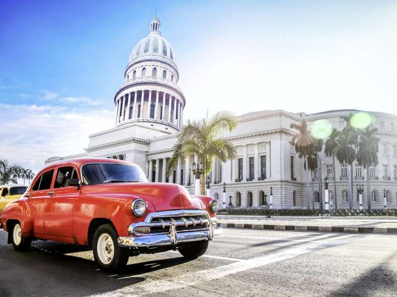 Auf unserer Studienreise durch Kuba werden wir viele Oldtimer sehen, hier einen vor dem Capitolio in Havanna.