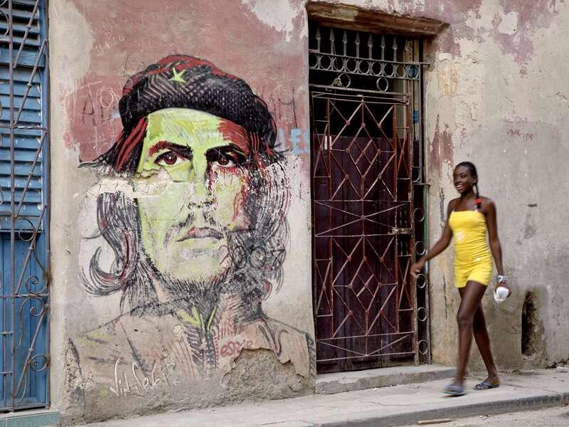 In Kubas Altstädten wie auf diesem Wandbild in Havanna ist Che Guevara noch allgegenwärtig. Hasta la victoria siempre!