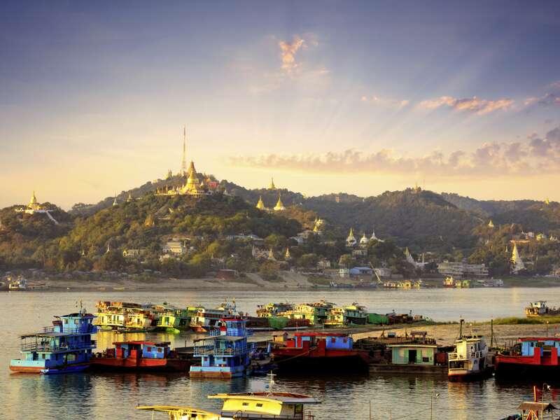 Auf dem Programm unserer Studienreise durch Myanmar steht eine Bootsfahrt auf dem Fluss Ayeyarwady. Am Ufer sehen wir die Pagoden von Sagaing.