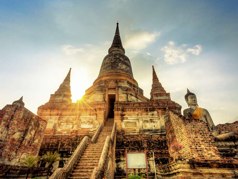 Auf unserer Studienreise Thailand - die umfassende Reise besuchen wir die alte Königsstadt Ayutthaya mit ihren Tempelfeldern. Hier der Tempel Wat Phra Si Sanphet mit seinen glockenförmigen Reliquientürmen.