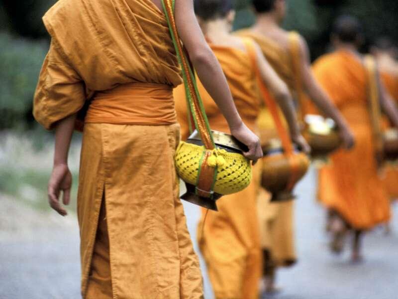 Der Almosengang gehört zum täglichen Leben der buddhistischen Mönche in Südostasien. In Luang Prabang in Laos können Sie ihn auf unserer Studienreise durch Indochina beobachten!