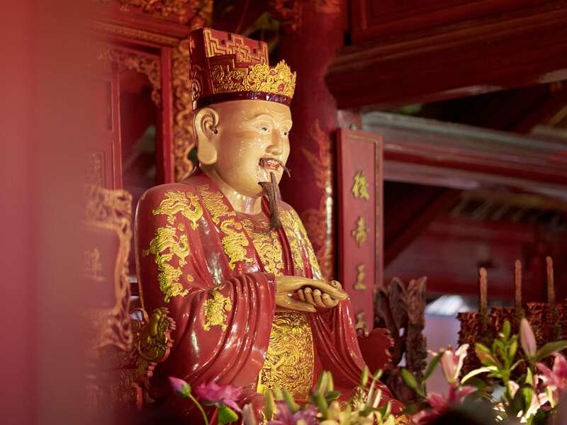 Bei unserer umfassenden Studienreise durch Vietnam sehen wir im Literaturtempel in Hanoi diese Konfuzius-Statue.