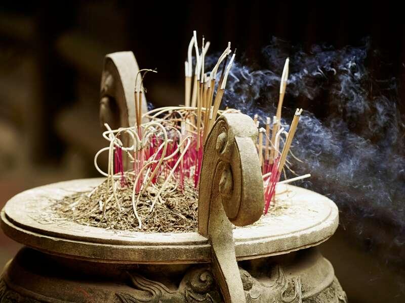 Ein Tempelbesuch darf auf unserer umfassenden Studienreise durch Vietnam nicht fehlen. Hier empfängt Sie der Duft von Räucherstäbchen.