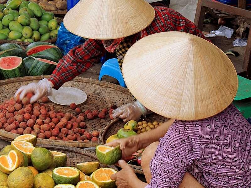Besuchen Sie auf unserer Studienreise einen der vielen Märkte in Vietnam! Hier haben die Händler allerhand anzubieten, von Früchten bis hin zu den berühmten handgefertigten vietnamesischen Strohhüten.