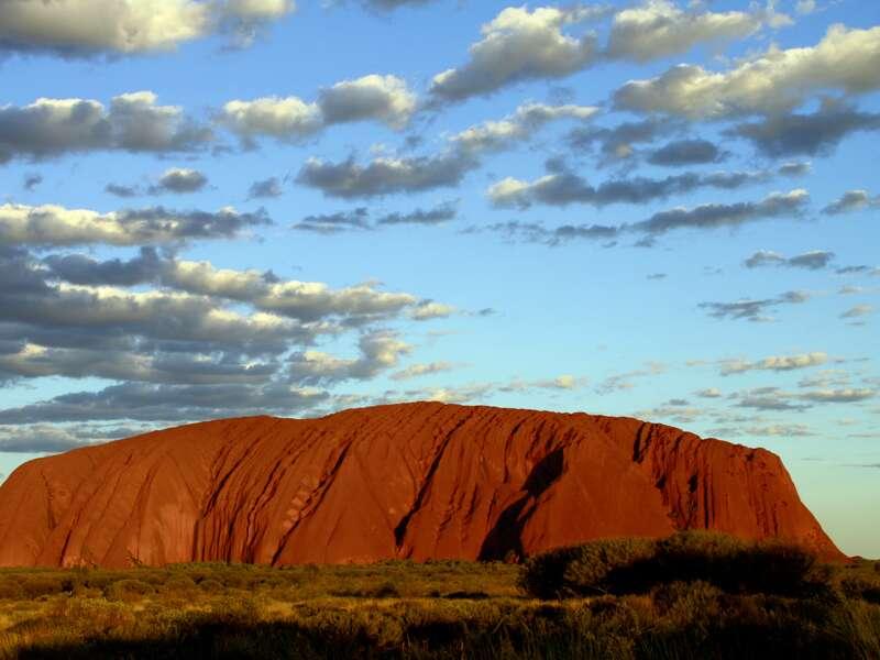 Auf unserer Studienreise Australien-Neuseeland - zum Kennenlernen erleben wir viele grandiose Naturschönheiten. Auch der Sonnenuntergang am Ayers Rock (Uluru)  im Roten Zentrum von Australien wird unvergesslich bleiben: Von Minute zu Minute leuchtet der Heilige Berg der Aborigines in anderen Rottönen.