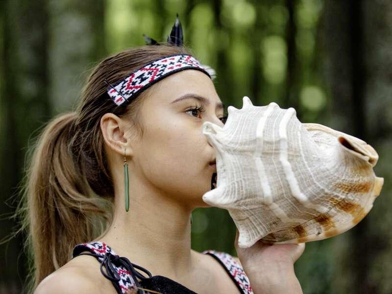 Auf unserer Studienreise Australien-Neuseeland - zum Kennenlernen begegnen wir auch den Maori, den Ureinwohnern Neuseelands. Zur Begrüßung wird ein Ton auf einer Muschel gespielt, hier von einer jungen Frau.