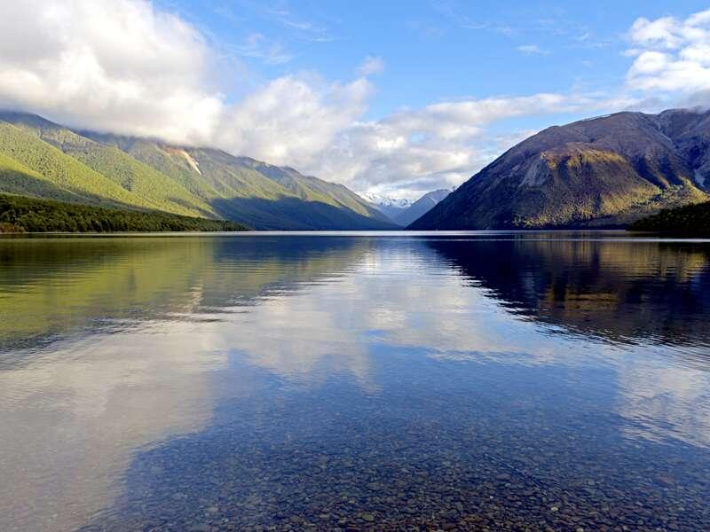 Spiegelglatt und glasklar liegt der Lake Rotoiti zwischen den Bergen im Nelson-Lakes-Nationalpark. Wir besuchen diese stille, faszinierende Berglandschaft auf unserer Studienreise Neuseeland mit Muße.