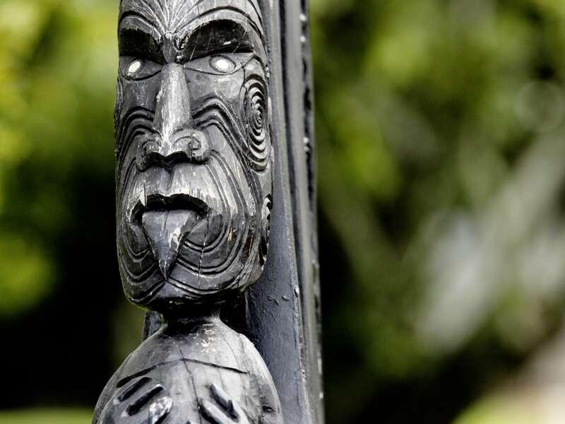 Die Whakairo, die traditionelle Schnitzkunst der Maori, bewundern wir auf unserer Studienreise durch Neuseeland in Whakarewarewa, Rotourua.