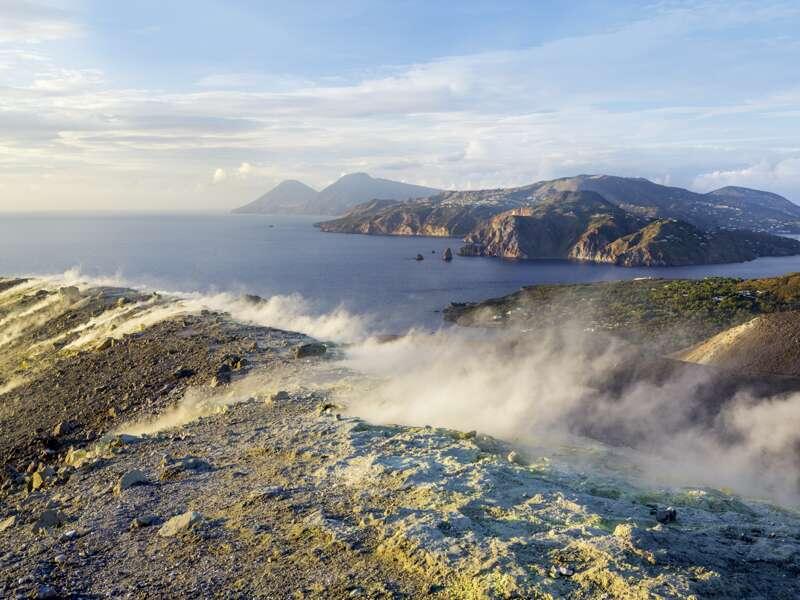 Vom Kraterrand des Vulcano erleben sie auf Ihrer Rudnreise das Panorama aller sieben Äolischen Inseln, Schwefeldampf steigt dort ständig auf.
