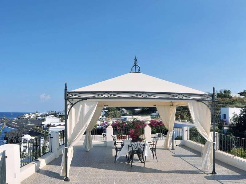 Auf den Äolischen Inseln verbringen wir drei Nächte direkt am Meer im Hotel Villaggio Stromboli ¿ die perfekte Adresse für entspannte Urlaubstage.