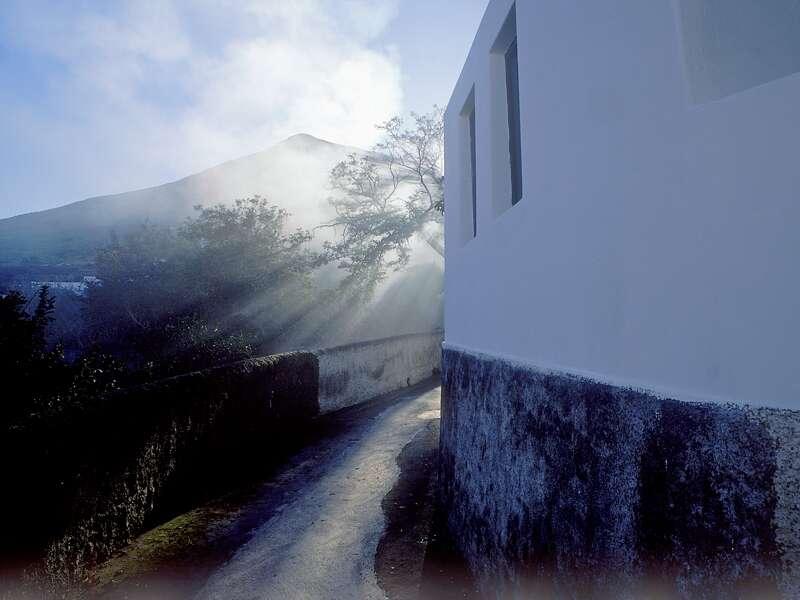 Vulkanblicke auf Schritt und Tritt während einer eindrucksvollen Rundreise: Kommen Sie mit Studiosus smart&small auf die Äolischen Inseln und erleben Sie die Urgewalten der Erde hautnah.