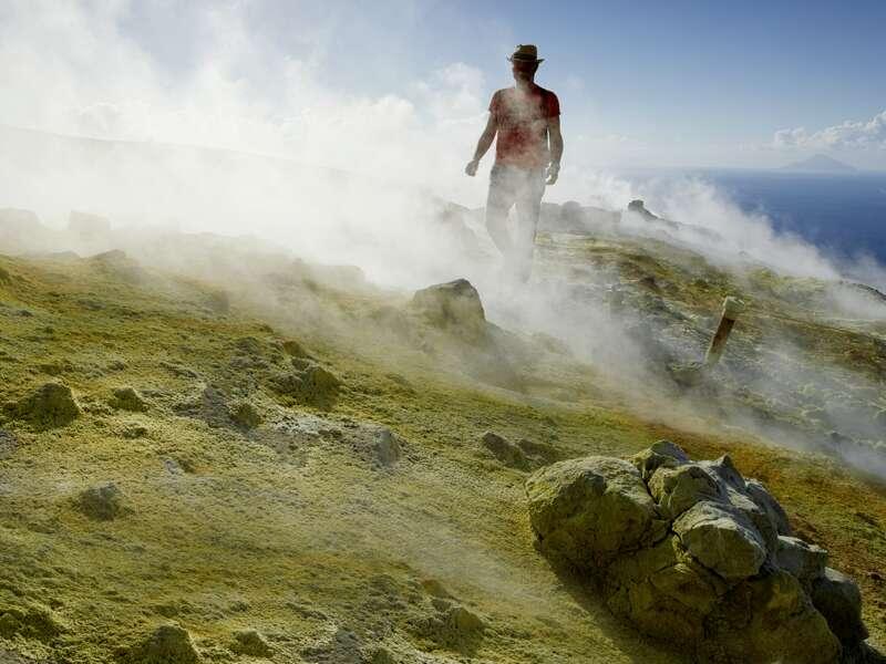 Auf Stromboli wandern wir am Vulkanhang entlang und bekommen den Feuerhauch der Erde zu spüren. Eines der Highlights Ihrer Rundreise auf den Äolischen Inseln.
