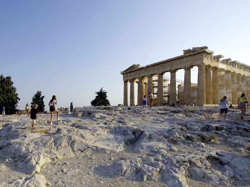 Auf unserer Studienreise zu den landschaftlichen und kulturellen Höhepunkten Griechenlands besuchen wir natürlich auch die Akropolis über den Dächern der griechischen Hauptstadt Athen.