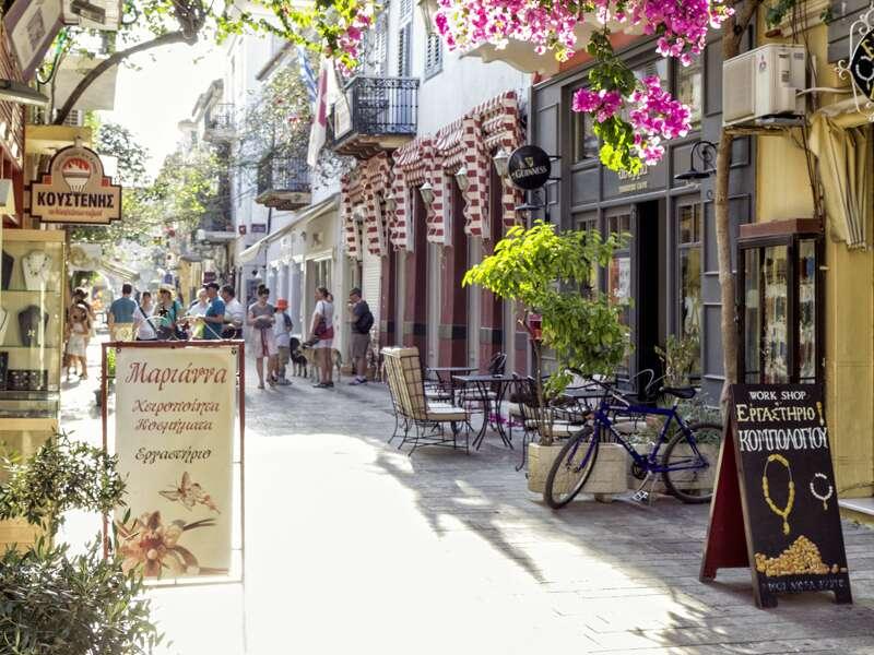 Auf unserer Studienreise zu den landschaftlichen und kulturellen Höhepunkten Griechenlands lernen wir auch die griechische Lebensart näher kennen - zum Beispiel in den Gassen und Straßen von Nauplia auf dem Peloponnes.