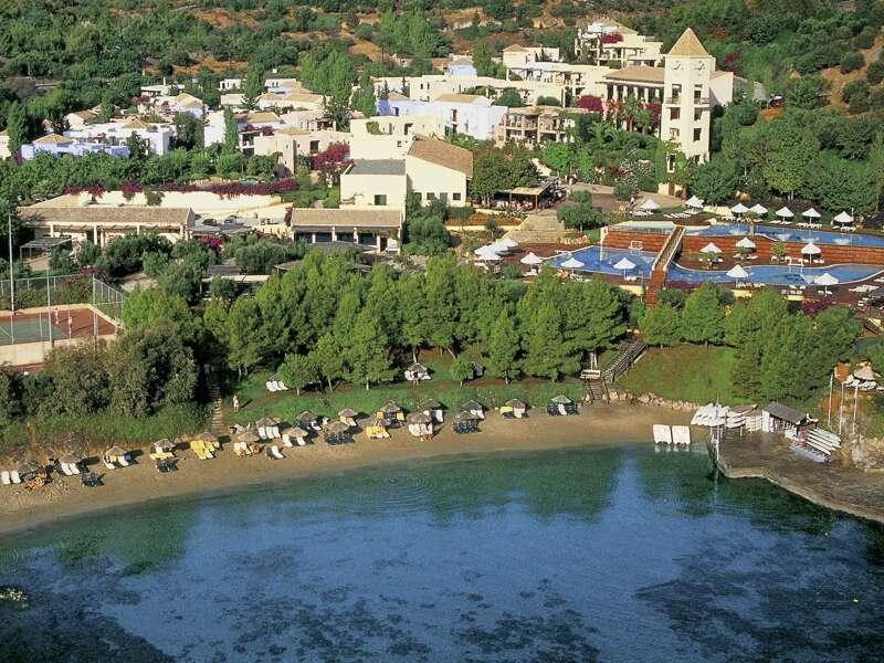 Das Hotel Candia Park Village ist nur wenige Kilometer vom Ferienort Agios Nikolaos entfernt und bietet Grünflächen, einen großen Swimmingpool und einen Strand mit Liegestühlen.