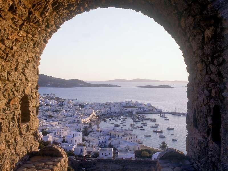 Auf Jetset-Mykonos lassen wir uns durch die Gassen treiben und von der Kirche Paraportiani und den Windmühlen berauschen.
