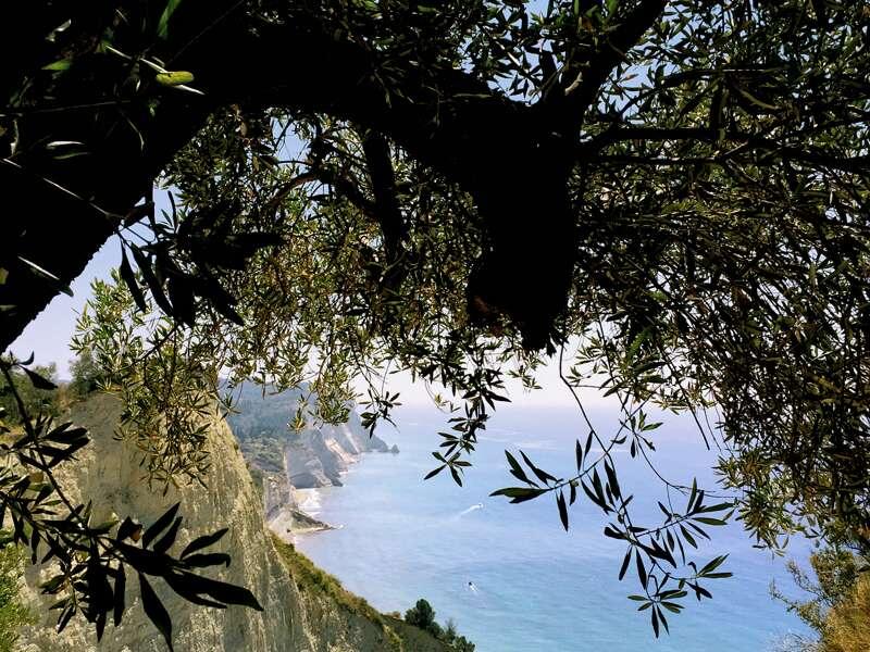 Korfu ist mit seinen Bergen und Steilküsten ein wahres Wanderparadies
