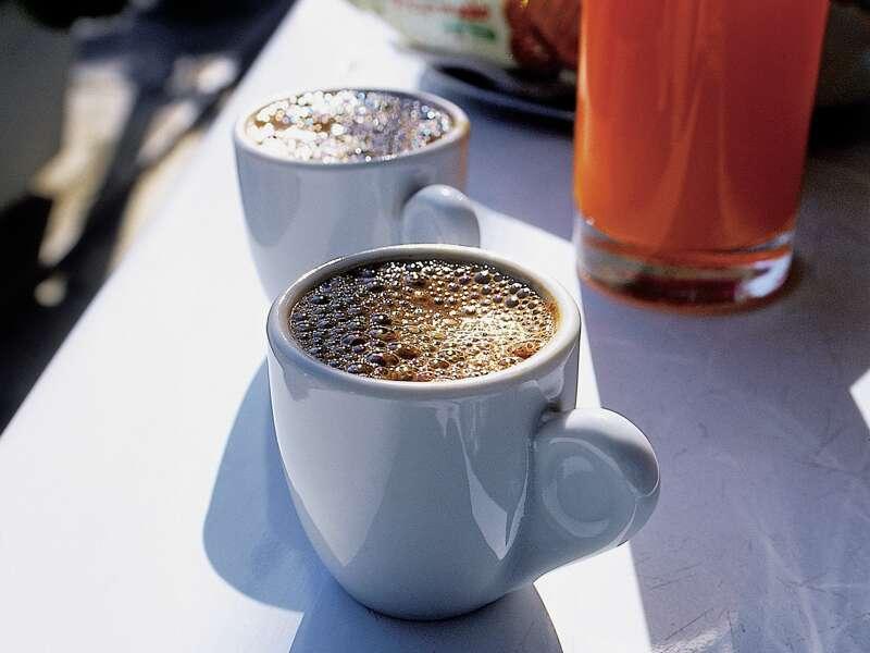 Auf unserer Studienreise nach Kreta genießen wir zwischendurch den belebenden griechischen Kaffee.