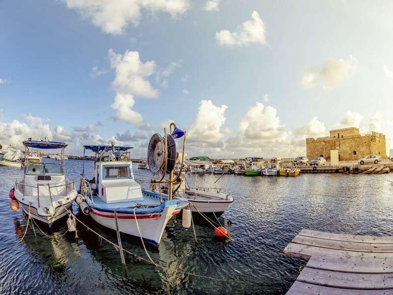 Nach der Besichtigung der kulturellen Highlights in Paphos haben Sie auf unserer umfassenden Klassik-Studienreise durch Zypern auch Zeit für einen Spaziergang am Hafen. Hier warten kleine Fischerboote auf ihre nächste Fahrt.