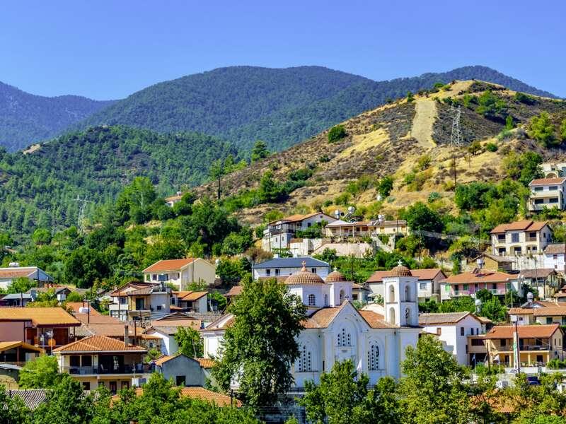 Im gebirgigen Herzen von Zypern liegen charmante Bergdörfer wie gemalt an den grünen Hängen. Wir spazieren durch das Dorf Kakopetria mit seinen denkmalgeschützten Häusern.