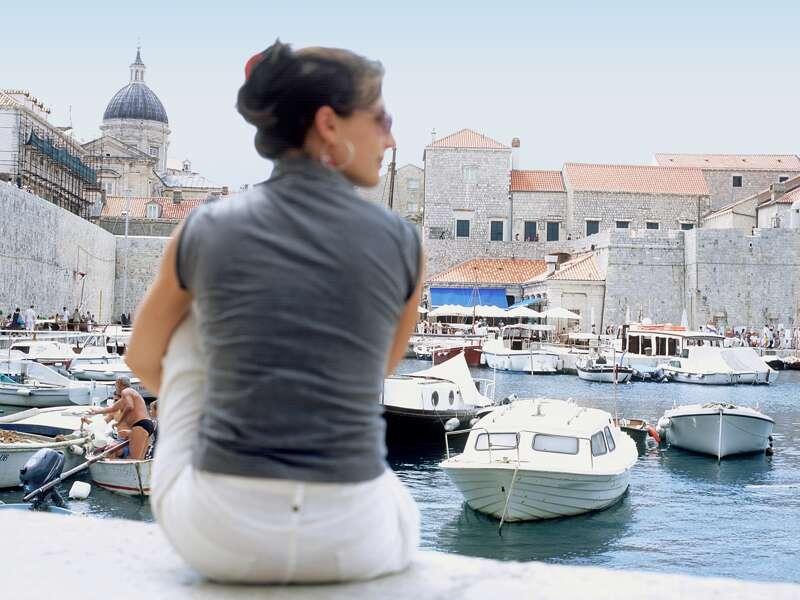Die Altstadt von Dubrovnik ist einzigartig und UNESCO-Welterbe. Auf unserer Studienreise Kroatien - die traumhafte Küste Dalmatiens können Sie vom alten Hafen aus ihre Silhouette am besten auf sich wirken lassen.