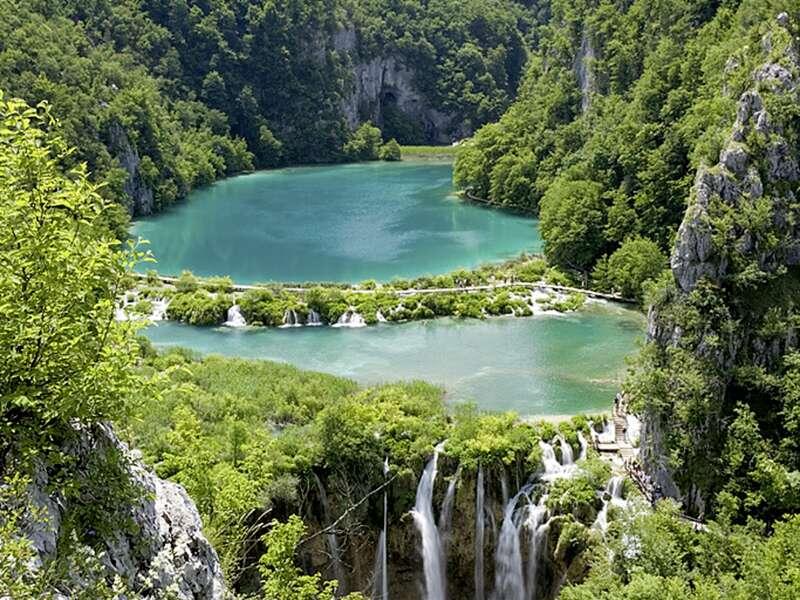 Auf unserer Wander-Studienreise Kroatien - Küste und Naturparks aktiv erleben wandern wir auch durch den Nationalpark Plitwitzer Seen. Das Panorama der vielen Wasserfälle und kleinen Seen bezaubert!