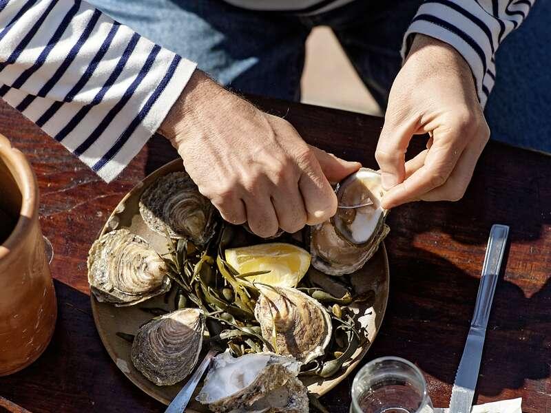 Auf unserer Studienreise in die Normandie und in die Bretagne demonstriert uns ein Austernzüchter, wie man die Muscheln am besten und richtig öffnet.