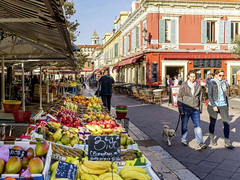 Unsere achttägige klassische Studienreise Cote d'Azur - Nizza & mehr bezirzt mit azurblauem Funkeln unsere Sinne. Und mit vielfältigen Impressionen, hier etwa vom Markt in Nizza, einem Paradies für jeden Gourmet.