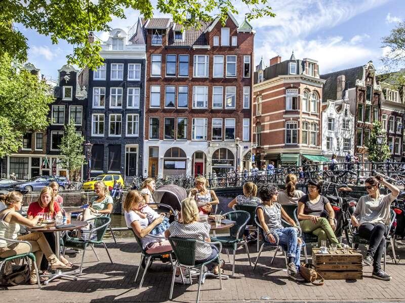 Auf unserer siebentägigen Studienreise Niederlande - mit Muße genießen wir das holländische Lebensgefühl. Hier etwa die Nachmittagsstimmung in Amsterdam, ein Café an der Gracht, die Giebelhäuser ...