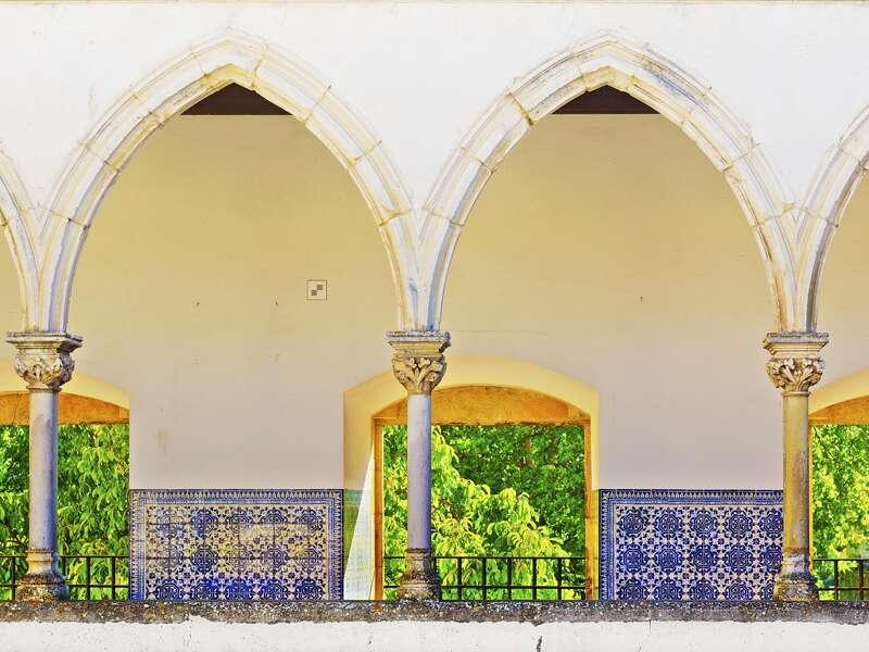 Auf unserer Studienreise durch Portugal führt Sie Ihr Reiseleiter gekonnt durch die bedeutenden historischen Stätten, zum Beispiel durch die Kreuzgänge der Christusritterburg in Tomar.