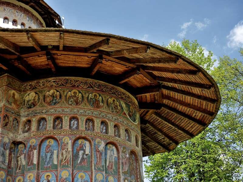 Wir bestaunen auf unserer Studienreise nach Rumänien die farbenprächtigen Fresken, die die Wände der berühmten Moldauklöster überziehen, wie hier in Voronet.