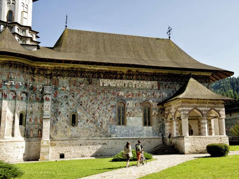 Auf der 15-tägigen Studienreise durch Rumänien mit Aufenthalt im Donaudelta führt Sie Ihr Reiseleiter zu den kulturellen Highlights, wie den weltberühmten Moldauklöstern mit ihrer bunten Freskenmalerei.