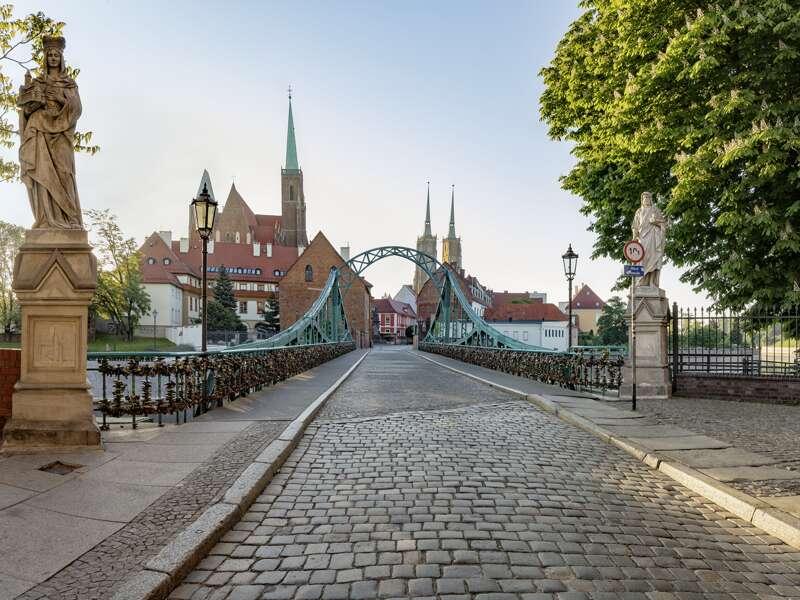 Auf unserer neuntägigen Studienreise nach Polen mit Übernachtungen in Warschau (Warszawa), Krakau (Kraków) und Breslau  (Wroclaw) werden wir viele Brücken bewundern. Hier die Dombrücke in Breslau, die die Sandinsel mit dem nach wie vor Dominsel genannten Stadtviertel verbindet.