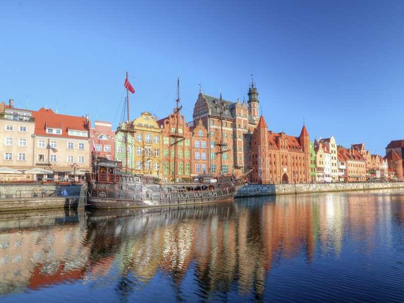 Auf unserer achttägigen Studienreise Danzig-Masuren - mit Muße sehen wir im Danziger Hafen diese eindrucksvolle Häuserzeile. Rechts davon steht übrigens das Krantor, das wohl bekannteste Wahrzeichen der Stadt.